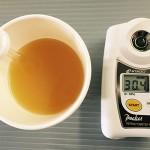 ジュース対決フルーツジュースと糖度計
